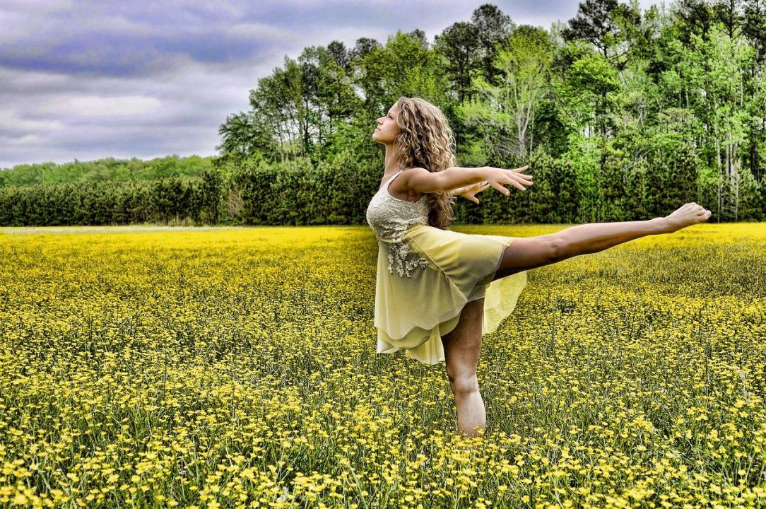 Woman in Dance pose representing Sober Practice and Loving Life alcohol free in year 3